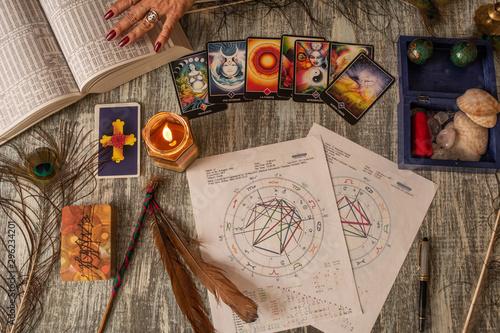 elementos de magia se ven sobre una mesa y la mano de una mujer adulta toma un l Canvas Print
