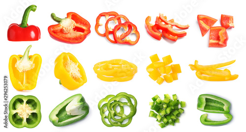 Foto Rings of ripe bell peppers on white background