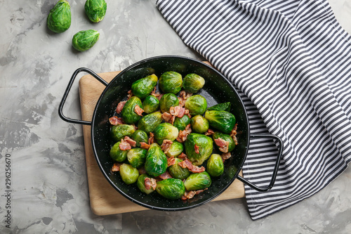 Cadres-photo bureau Bruxelles Tasty roasted Brussels sprouts with bacon on light grey table, flat lay