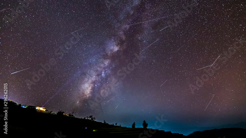 Photo Long time exposure night landscape with the milky way during meteor shower over a mountain with hut