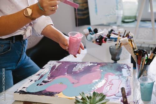 Carta da parati  Close-up female hands creates a picture with acrylics.