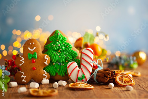 Photo  Christmas gingerbread cookies with Christmas decorations on wooden background