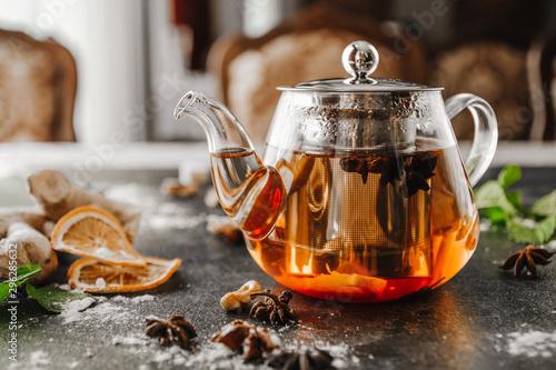 herbata-lisciasta-w-szklanym-czajniczku-na-czarno