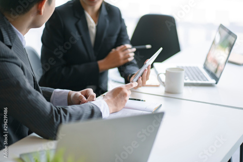 Fotografía  Close up image of businessman and businesswoman discussing project at meeting