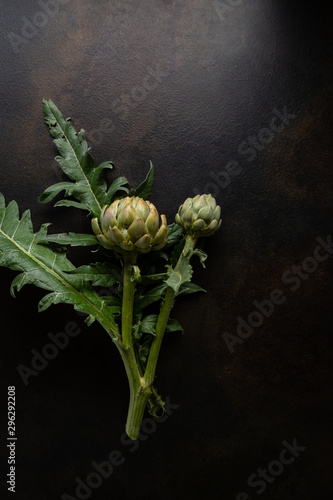 Photo Fresh green artichoke on dark background