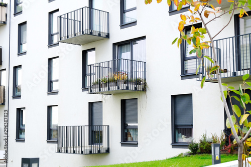 Fotografiet Exterior of a modern  apartment buildings with balcony and white walls