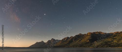 Obraz Dawn Breaks Over Starry Sky and Tetons Range - fototapety do salonu