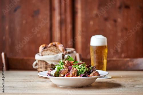 Fotografia Frischer Salat mit Puten Hähnchen Streifen Biergarten Wirtshaus