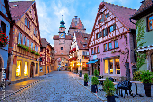 Foto Cobbled street of historic town of Rothenburg ob der Tauber dawn view