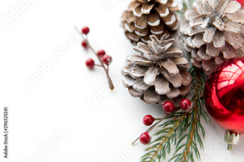 winter holidays, new year and decorations concept - red christmas balls and fir Canvas-taulu