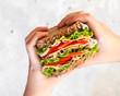 Kanapka z szynką, serem, sałatą i pomidorem