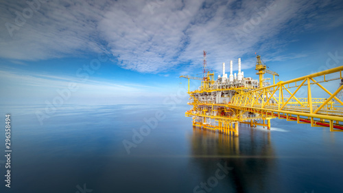 Photo Large offshore drilling oil rig plant in the gulf