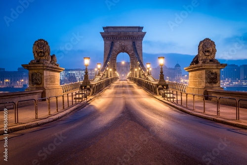 Poster Oost Europa Historic Chain Bridge in Budapest at night