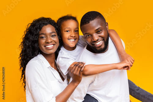 Portrait of positive black family of three Fototapet