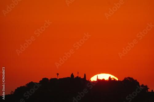 Rouge disco solar amanecer sobre castillo de gibralfaro malaga andalucia españa