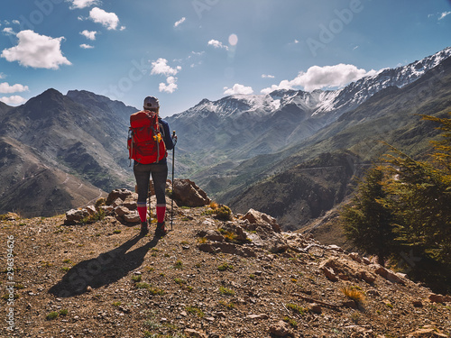 Fototapeta Tourist backpacker looking at the moroccan mountains obraz