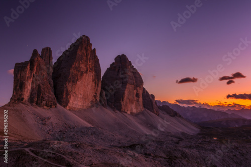 Montage in der Fensternische Aubergine lila Picturesque Tre Cime di Lavaredo at sunset in the Sexten Dolomites, South Tyrol, Italy