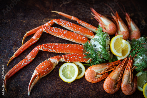 Photo Crab legs on brown rustic background