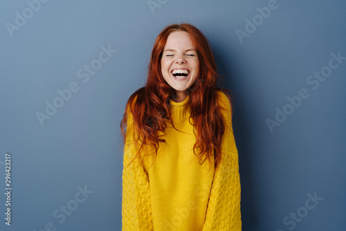 Foto Quirky young woman screwing up her eyes