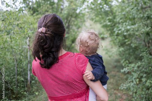 mère et fille de dos dans la nature Canvas Print
