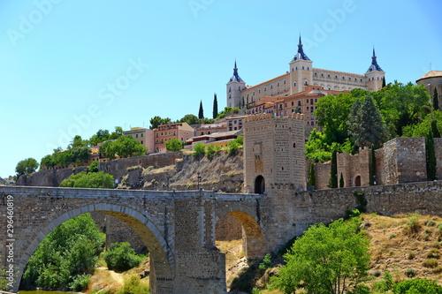 Foto op Plexiglas Oude gebouw Traditional old Spanish street, in the historic city of Toledo, Spain.