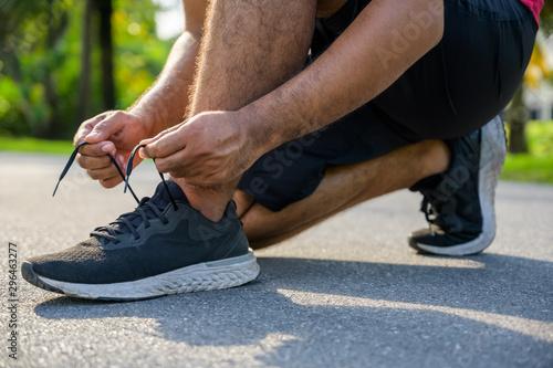 Photographie Running man tying shoelaces