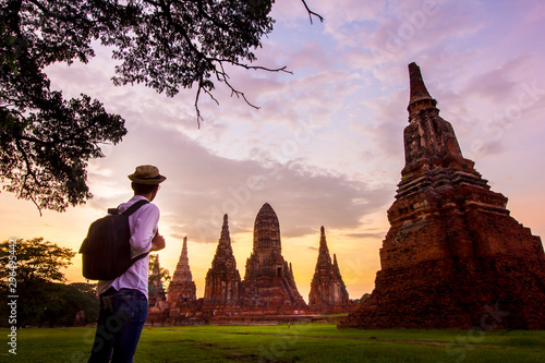 Photo Young man travel in Ayutthaya Historical Park at Wat Chaiwatthanaram where UNESC