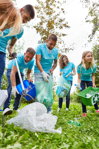 Helfer sammeln Müll für Recycling Canvas Print
