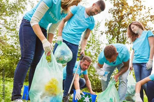 Fotomural  Umweltschützer sammeln Müll im Park