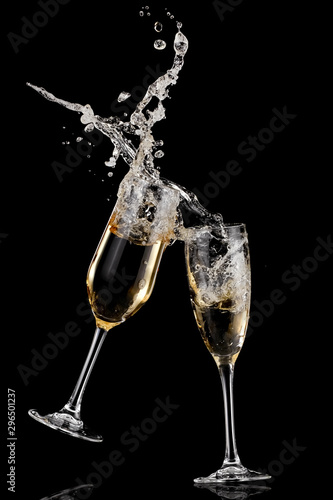 Obraz na plátně  Two champagne glasses splash