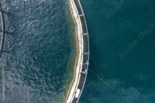 Photo Bird's Eye View of a Fish Pen in the Ocean Used for Fish Aquaculture Farming