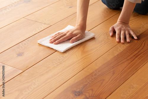 木目の床を雑巾で拭く若い女性の手元 Canvas Print