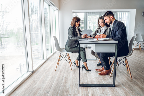 Photo Wide angle of group business people in bright spacious modern office