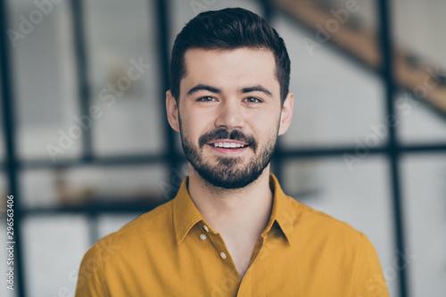 Pinturas sobre lienzo  Closeup photo of handsome easy-going person guy standing in modern interior apar