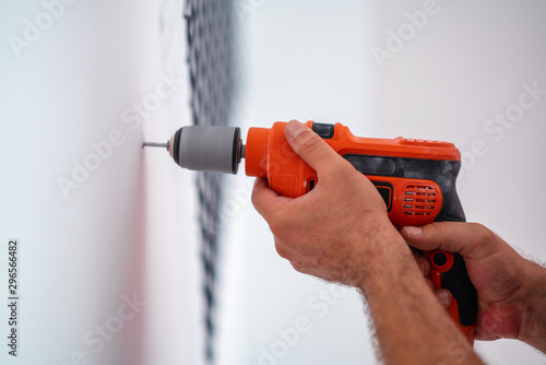 Fotografia Drilling a hole on the wall for construction or renovation