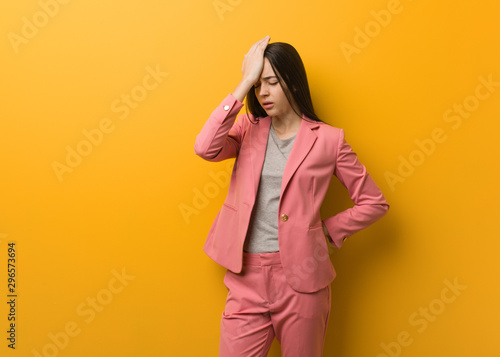 Photo Young modern business woman forgetful, realize something