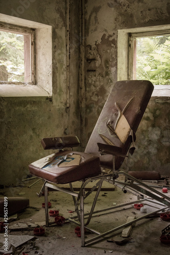 un vieux fauteuil en cuir de médecin docteur dentiste abandonné déchiré Canvas Print