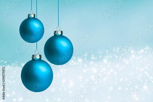Fotomural Blaue Weihnachtskugeln auf blauem Hintergrund