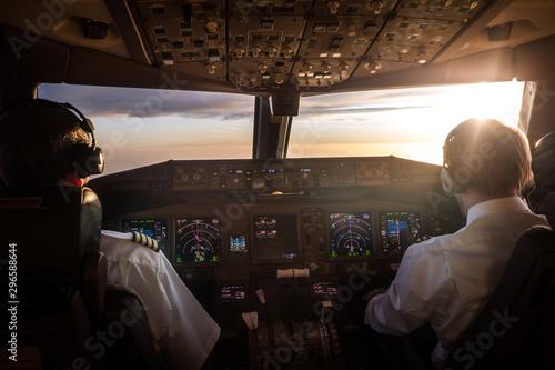 Photo Piloten im Cockpit bei Sonnenaufgang
