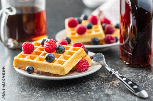 Pinturas sobre lienzo  Waffles with blueberries and raspberries.