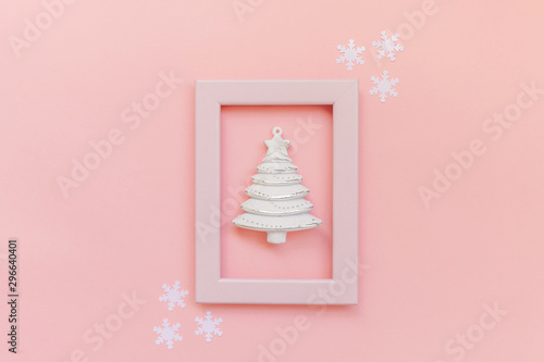 Pinturas sobre lienzo  Simply minimal composition winter objects ornament fir tree in pink frame isolated on pink pastel trendy background
