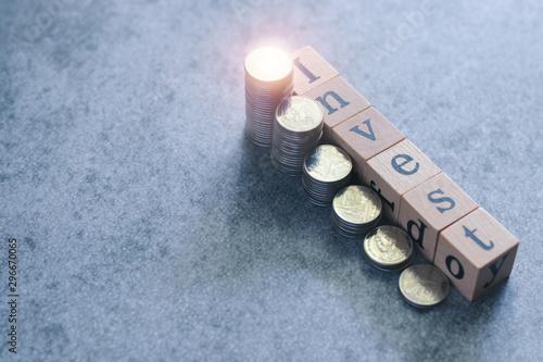 Obraz na plátně Cube block letter of Invest wording and coin stacks