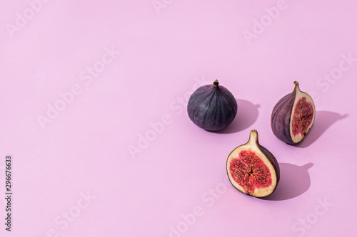 Photo sur Aluminium Pop Art halves of figs on a pink background. the background. healthy eating concept