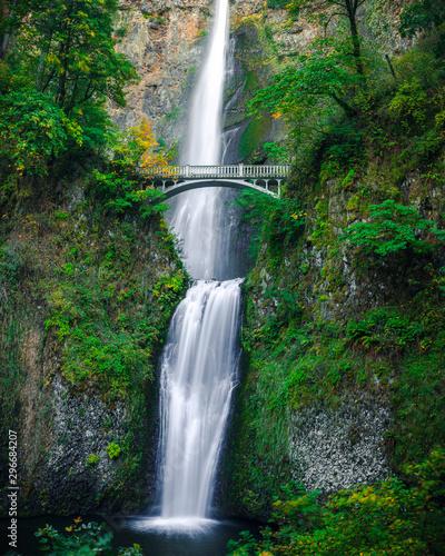 Naklejka premium Wodospad Multnomah Falls z gładką wodą z fotografii o długiej ekspozycji