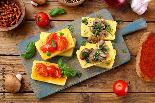 Fotografia, Obraz polenta delizioso aperitivo con pomodoro funghi e spezie