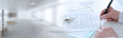 Fotografía Client signing a real estate contract; panoramic banner