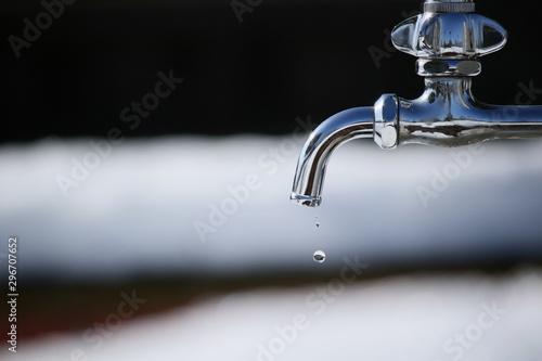 水道の蛇口から出た滴 Fototapete