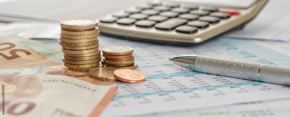 Fototapeta Geld mit Taschenrechner und Kugelschreiber