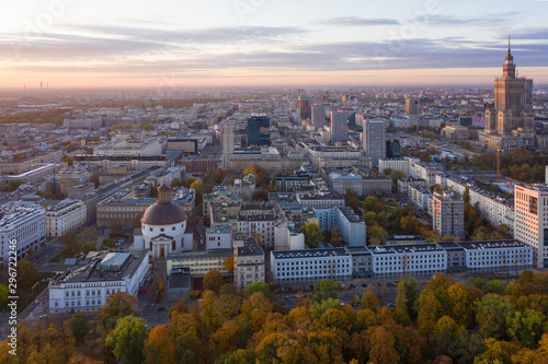 Montage in der Fensternische Altes Gebaude Warsaw, Poland city and old city at sunrise, aerial view.