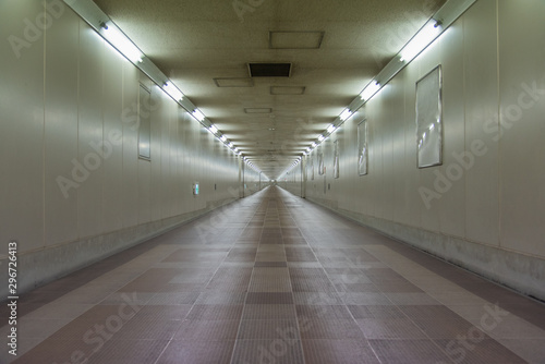 Fototapeta 地下道,長い道,先が見えない,東成田駅